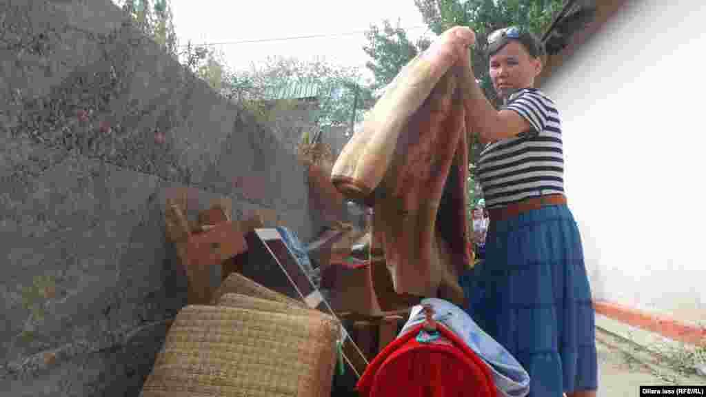 Айман, сноха Айбоби, по специальности - воспитатель, но в Сарыагашском районе ЮКО работу не нашла.