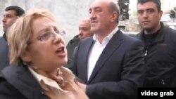 Директор «Института мира и демократии» Лейла Юнус с задержавшими ее сотрудниками правоохранительных органов, 29 апреля 2014