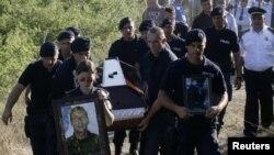 Varrimi i policit Enver Zymberi, i vrarë gjatë aksionit të një viti më parë për marrjen e kontrollit në veri