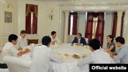 """Президент Атамбаев жана """"Азия Mix"""" тобу. (Архивдик сүрөт, 2-июль, 2013-жыл)"""