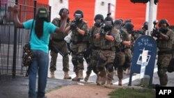 Мужчина поднял руки перед полицейскими. Фергюсон, штат Миссури, США. 11 августа 2014 года.