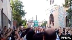 نمایی از تجمع چند هزار نفری هواداران میر حسین موسوی در اطراف مسجد قبا در نزدیکی خیابان شریعتی تهران