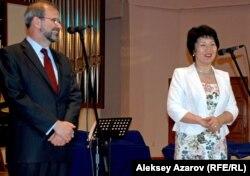 Посол США в Казахстане Кеннет Фэйрфакс и ректор консерватории Жания Аубакирова открывают презентационный концерт. Алматы, 5 мая 2012 года.