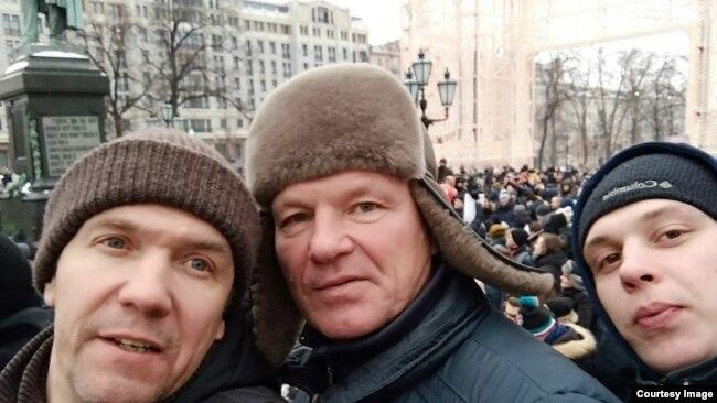 Николай Коршунов (в центре) с сыном и родственником на Забастовке избирателей в Москве