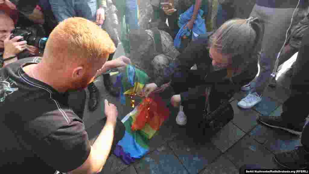 Antigay activists set fire to an LGBTI rainbow flag.