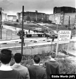 Западные берлинцы наблюдают за возведением стены 12 сентября 1961 года.