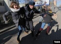 Російська поліція затримує антифашистів, які вийшли на протест проти форуму неонацистів у Санкт-Петербурзі, 22 березня 2015 року