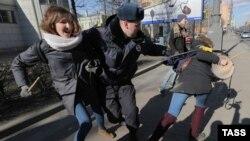 Polici duke i arrestuar protestuesit antifashistë në Shën Petersburg në Rusi
