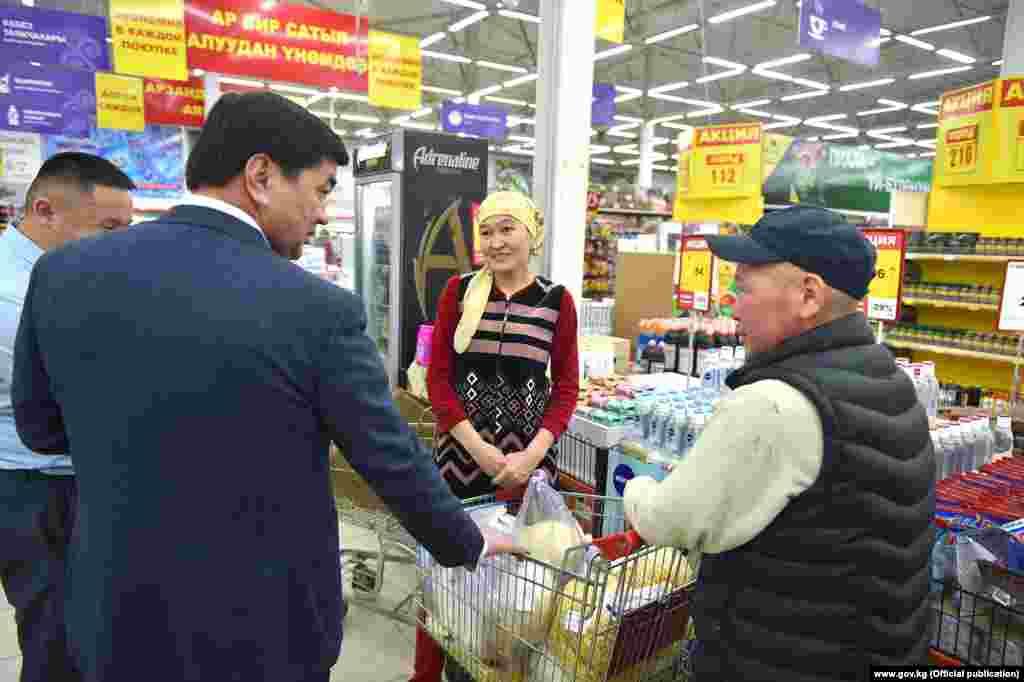 Премьер-министр Мухаммедкалый Абылгазиев 15-мартта Бишкектеги айрым базарларга, азык-түлүк жана күнүмдүк керектелүүчү товарларды сатуучу соода түйүндөрүнө барды.