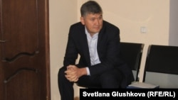 Бұрынғы білім және ғылым вице-министрі Саят Шаяхметов сот басталар алдында. Астана, 16 шілде 2014 жыл.