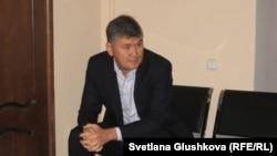 Бұрынғы білім және ғылым вице-министрі Саят Шаяхметов сот басталуын күтіп отыр . Астана, 16 шілде 2014 жыл.