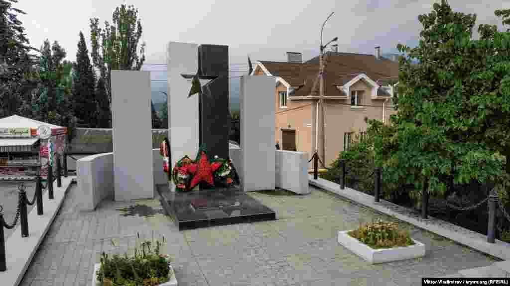 Ekinci Cian cenkiniñ iştirakçileri olğan yerli sakinlerniñ hatırasına qoyulğan eykel