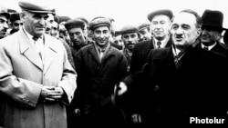 Армения – Член Политбюро ЦК ЛПСС Анастас Микоян (справа) посещает Советскую Армению (архив)