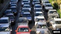 دولت محمود احمدینژاد فروردینماه ۱۳۸۹ اعلام کرد که به خاطر مسائلی چون ترافیک و زمینلرزه، خروج ۲۰۰ هزار کارمند از تهران در دستور کار قرار دارد.