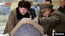 کیم جونگاون در حال تماشای کلاهک یک موشک در پرتاب بازسازیشده یک موشک بالستیک