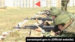 Школярі Севастополя беруть участь унавчальних зборах, архівне фото