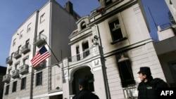 Policajci ispred ambasade SAD u februaru 2008.