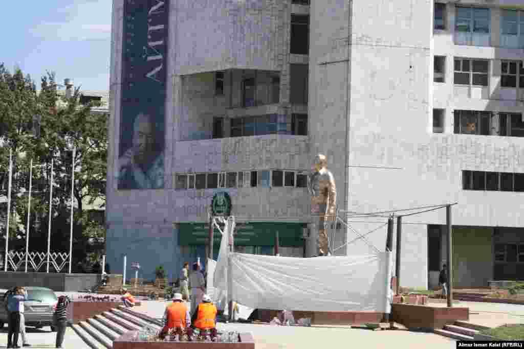 Высота памятника Чингизу Айтматову -7 метров 70 см и он установлен на Киевской улице плошади Ала-Тоо.