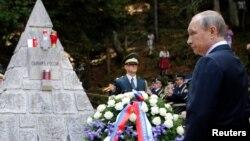 Ресей президенті Владимир Путин ресейлік әскерилерге ашылған ескерткіш алдында тұр. Словения, 30 шілде 2016 жыл.