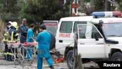 Медики у места взрыва в Кабуле. 3 мая 2017 года.