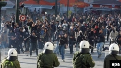 در آتن، پايتخت يونان، که اعتصاب سراسری آن را فلج کرده بود، ماموران پليس، برای پراکندن معترضانی که سنگ وبمب های آتشزا به سوی آن ها پرتاب می کردند، از گاز اشک آور استفاده کردند.