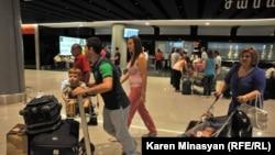 Հայաստան -- Սիրիահայերը շարունակում են ժամանել «Զվարթնոց» օդանավակայան, արխիվ, 17-ը օգոստոսի, 2012թ․