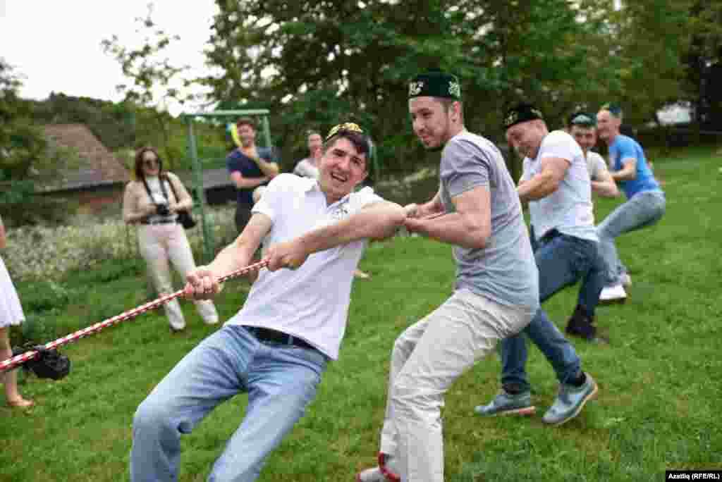 ...Германиядән кунак булып килгән биш татар егете аркан тартышуга чакырды һәм җилләтеп кенә тартып алды