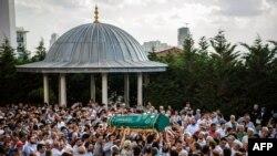 Похороны одного из поIstanbul's Ataturk airport, killing 41 people.