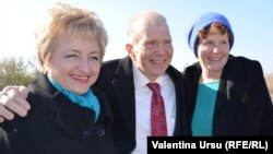 Ambasadorul William Moser şi Valentina Badrajan (stânga), directorul executiv al Millennium Challenge Moldova