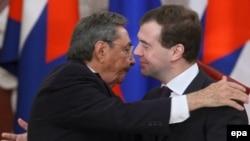 Президент РФ Дмитрий Медведев (справа) и кубинский лидер Рауль Кастро. Встреча в Москве