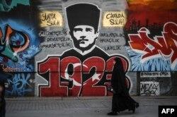 Grafitti cu portretul lui Mustafa Kemal Ataturk, la Istanbul