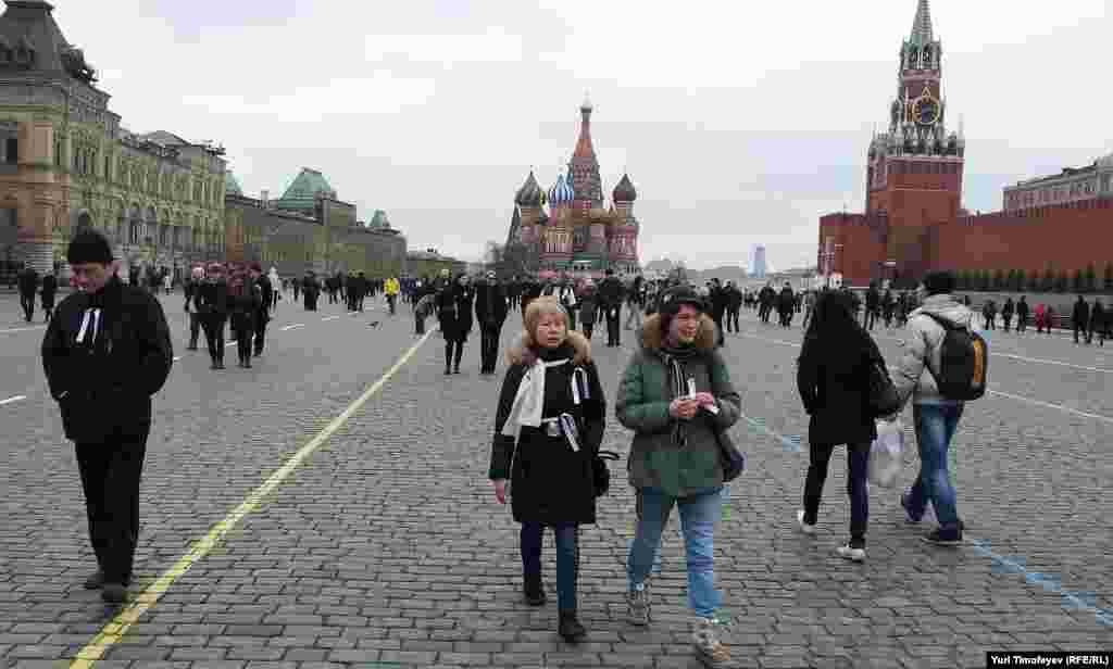 Не менее 500 человек гуляют по Красной площади с белыми лентами