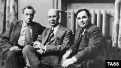 Cu prietenul său regizorul Vsevolod Meyerhold (stg.) la 1 aprilie 1939