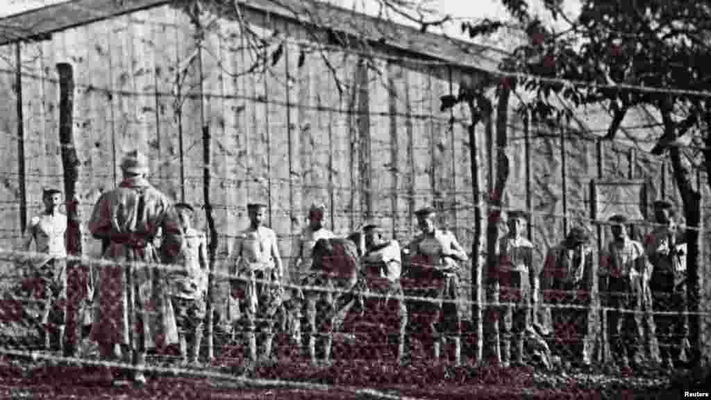 Недатированная фотография с немецкими солдатами во время битвы под Верденом, которые раздеваются для обыска французскими солдатами