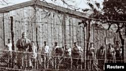 Немецкие военнопленные после битвы при Вердене. Их обыскивают французские солдаты.