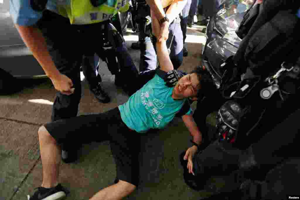 ХОНГ КОНГ / КИНА - Познатиот хонгконгшки про-демократски активист, Џошуа Вонг, е уапсен денеска за непочитување на нередбите за време на протестите во октомври 2019 година во оваа поранешна британска колонија, соопшти тој на Твитер, пренесе Германската новинска агенција ДПА.