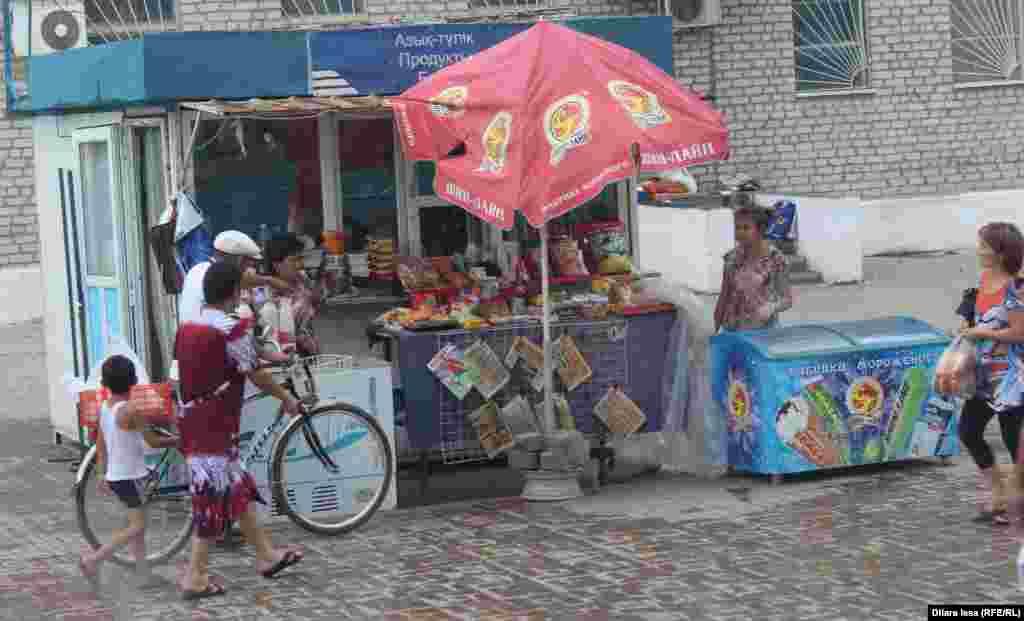 Торговля на станции Тюлькубас. Напитки, продукты питания, газеты и журналы...