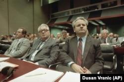 'Zanimljivo mi je bilo posmatrati Miloševića na sednicama Centralnog komiteta (na fotografiji sa Čkrebićem) gde se on se nije obraćao nama koji smo bili u dvorani, nije gledao nas u oči.'