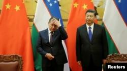 Президент Узбекистана Шавкат Мирзияев (слева) и председатель КНР СиЦзиньпин. Пекин, 12 мая 2017 года.