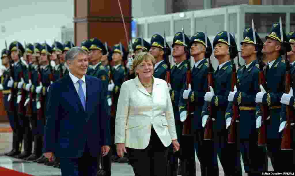 В зале прилета была организована торжественная встреча с почетным караулом и оркестром, сыгравшим государственные гимны Кыргызстана и Германии.