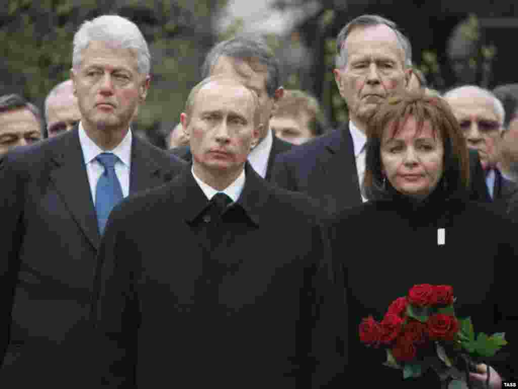 Former U.S. President Bill Clinton (left), Russian President Vladimir Putin, former U.S. President George H.W. Bush, and Lyudmila Putina attend the funeral of former Russian President Boris Yeltsin in Moscow in April 2007.