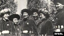 Шаршен Термечиков (солдон төртүнчү) Москвада өткөн Кыргызстандын маданият күндөрүндө өнөрпоз курбулары менен, 1939-жыл.