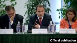 Литва - замминистра обороны Армении Давид Тоноян (в центре) принимает участие в семинаре, организованном в рамках Восточного партнерства ЕС, Вильнюс, 2 июля 2013 г, (фотография - пресс-служба Минобороны Армении)