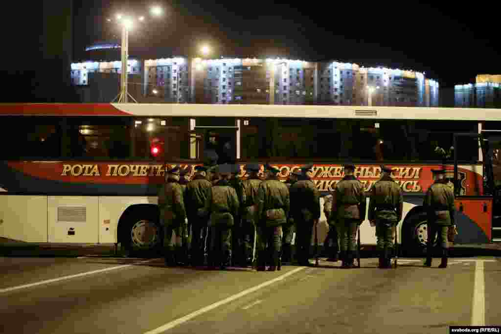 Soldiers pack into buses to leave the rehearsal area.