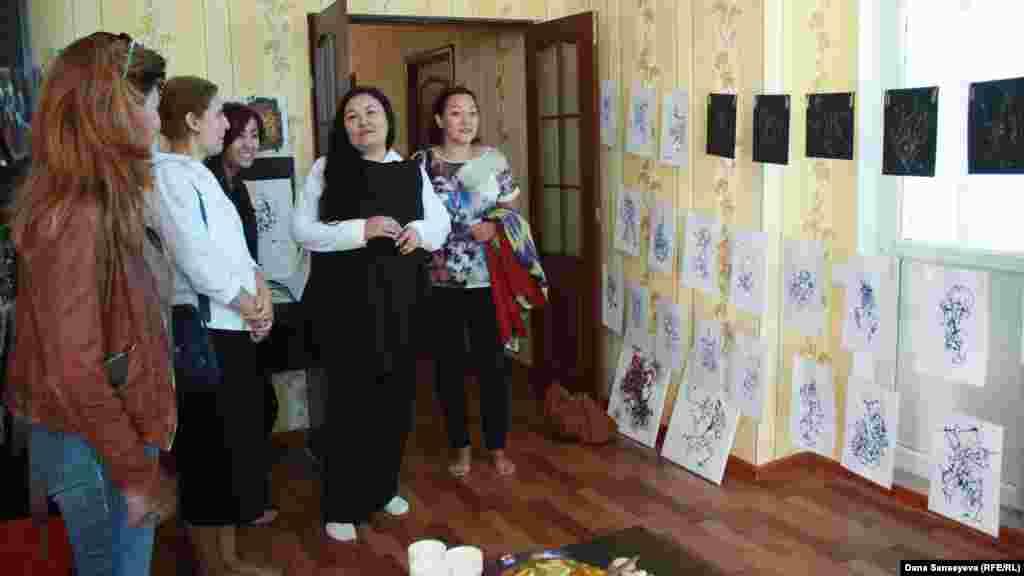 """""""Астана Опера"""" фотографы Карла Нурдың пәтеріндегі оның жұмыстары қойылған көрме."""