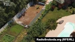 Земельні ділянки Шокіна та його дочки розташовані впритул одна до одної і обгороджені спільним парканом