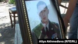Қаза тапқан қорықшы Руслан Кимнің портреті. Талдықорған, 4 маусым 2012 жыл.