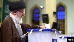 Духовный лидер Ирана аятолла Али Хаменеи на избирательном участке в день выборов. Тегеран, 26 февраля 2016 года.