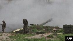 Ermeni esgeri azeri goşunlaryna tarap top okuny atýar, Daglyk-Garabag, 3-nji aprel, April 3, 2016