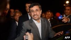 Иран президенті Махмуд Ахмадинежад журналистерге сұхбат беріп тұр. Иран, 7 қараша 2012 жыл.